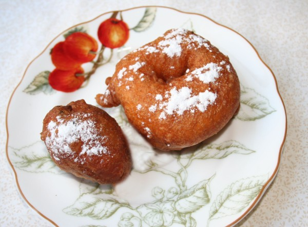 Oliebol Apple Beignet (right)&liebol